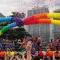 """Photo de la """"Marche de la fierté avec le drapeau LGBT (extrait de"""